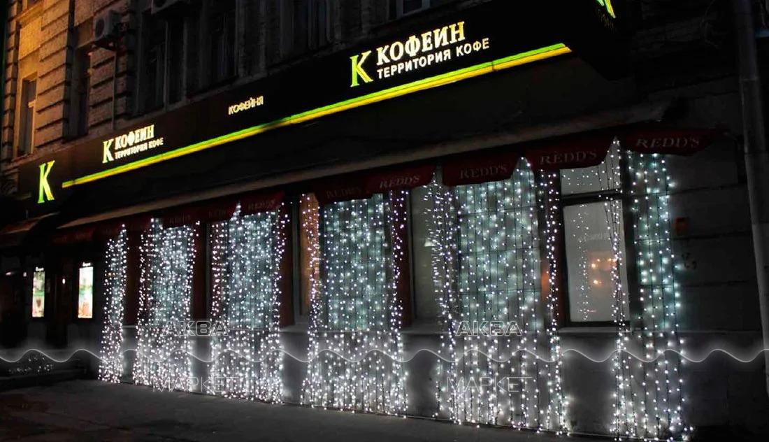 вывеска кафе с гирляндой в Москве